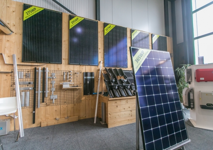 Zonnepanelen in showroom van bespaarpartner 2