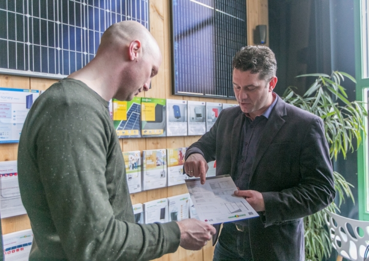 Zonnepanelen in showroom van bespaarpartner 3